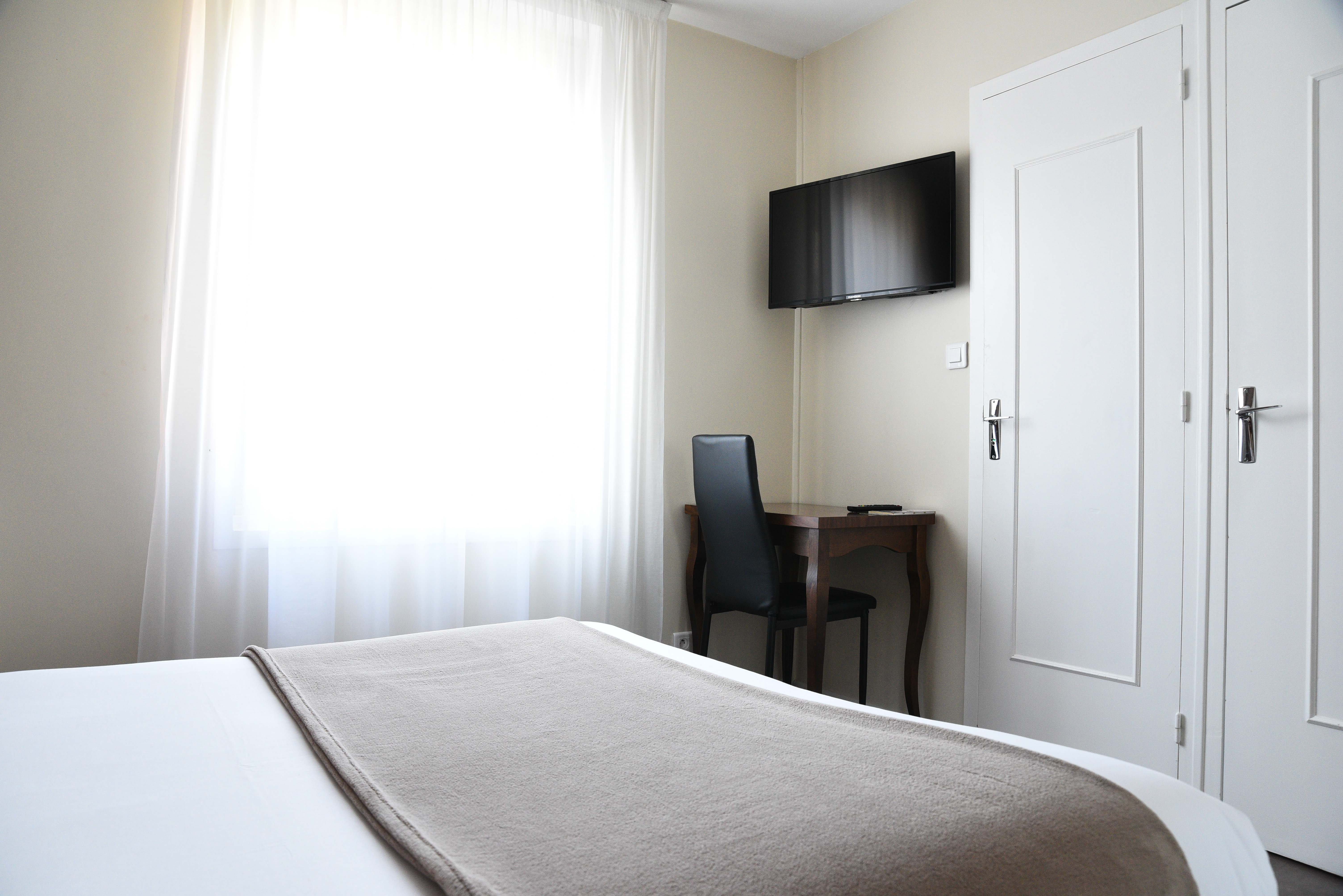 tv-chambre-hotel-cholet